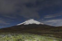 Cotopaxi wulkan przy nocą zdjęcia stock