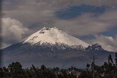 Cotopaxivulkaan in een bewolkte dag stock foto's