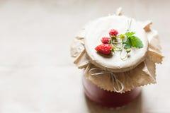 Cotos de la fruta y fresas crudas en un tarro Fotos de archivo