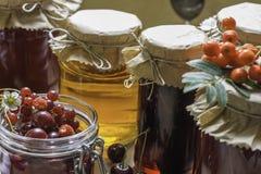 Cotos y fresas crudas, cerezas, bayas de la fruta de serbales en una tabla de cocina Fotos de archivo