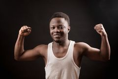 Cotovelo de dobra do halterofilista amador africano novo o bíceps fotos de stock