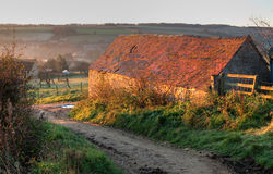 在Cotswold途中的老谷仓 免版税库存图片