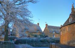 Cotswold-Dorf im Winter Stockfotos