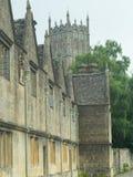 Cotswold-Gebäude und die Kirche Lizenzfreies Stockbild