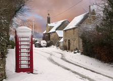 Cotswold-Häuschen im Schnee Stockbilder