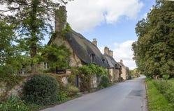 Cotswold halmtäckte stugor, England Royaltyfri Fotografi