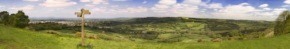 Cotswold vägutsikt över gröna fält Arkivbild