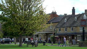 Cotswolds假日区域人的购物的4K英国村庄 影视素材