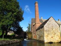 Cotswolds英国更低的屠杀村庄水车和小河 免版税库存图片