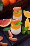 Cotta crémeux de panna et gelée orange d'agrume image stock