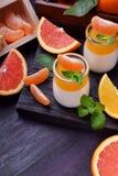 Cotta crémeux de panna et gelée orange d'agrume photos stock