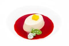 Cotta de Panna avec de la sauce à framboise Image stock