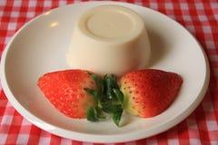 Cotta de Panna avec la fraise images stock