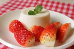 Cotta de Panna avec la fraise image stock