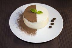Cotta de Panna com pedaços de chocolate, hortelã e coffe Imagens de Stock