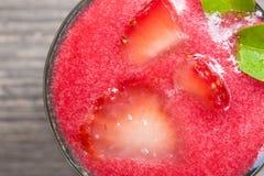 Cotta de panna de dessert avec les fraises fraîches sur le fond en bois Photos libres de droits