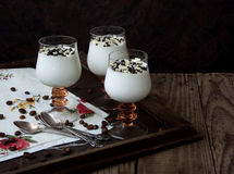 Cotta do panna da sobremesa em um vidro em um fundo de madeira Foto de Stock