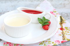 Cotta panna επιδορπίων με τη σάλτσα φραουλών Στοκ Φωτογραφίες