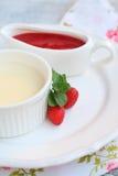 Cotta panna επιδορπίων με τη σάλτσα φραουλών Στοκ φωτογραφίες με δικαίωμα ελεύθερης χρήσης