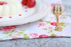 Cotta panna επιδορπίων με τη σάλτσα φραουλών Στοκ φωτογραφία με δικαίωμα ελεύθερης χρήσης