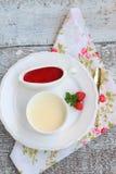 Cotta panna επιδορπίων με τη σάλτσα φραουλών Στοκ εικόνα με δικαίωμα ελεύθερης χρήσης