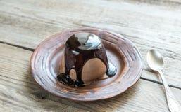 Cotta van koffiepanna onder chocoladebovenste laagje Stock Fotografie