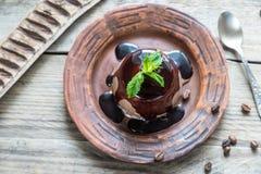 Cotta van koffiepanna onder chocoladebovenste laagje Royalty-vrije Stock Foto