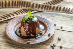 Cotta van koffiepanna onder chocoladebovenste laagje Stock Afbeeldingen