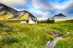 Cottage à distance de montagne chez Glencoe image stock