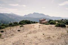 Cottage abandonné dans les montagnes Images libres de droits