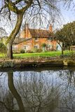 Cottage accanto ad acqua Immagini Stock