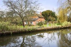 Cottage accanto ad acqua Immagine Stock