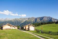 Cottage all'alpe 1 di Wiesner 945m nel ¼ di Davos Wiesen Graubà nden la vista della Svizzera di estate Fotografia Stock Libera da Diritti