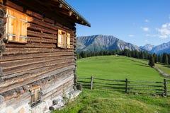 Cottage all'alpe 1 di Wiesner 945m nel ¼ di Davos Wiesen Graubà nden la vista della Svizzera di estate Fotografie Stock Libere da Diritti