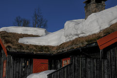 Cottage avec la neige sur le toit Photographie stock libre de droits