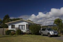 Cottage bianco del paese Immagini Stock