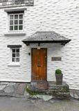 Cottage bianco di festa nella città storica del porto di Polperro, città del porto di Cornovaglia, Regno Unito di Polperro, Regno fotografia stock libera da diritti