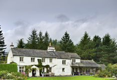 Cottage bianco inglese in terreno boscoso Fotografie Stock Libere da Diritti