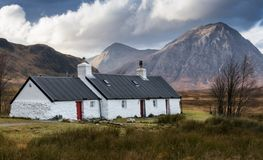 Cottage blanc chez Ballachulish photographie stock