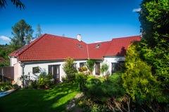 Cottage blanc d'été Photo stock
