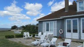 Cottage bleu du bord de la mer Photographie stock libre de droits