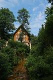 Cottage caché photographie stock libre de droits