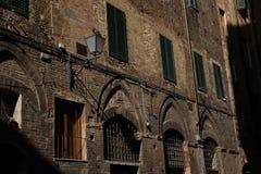 Cottage caché dans les ombres de la vieille ville, Florence, Italie images stock