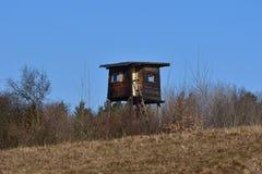 Cottage caché en bois pour chasser dans le pré de forêt image stock