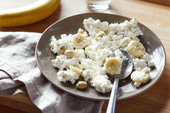 Cottage cheese with banana and nuts Royalty Free Stock Photos