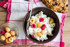 Cottage cheese with fresh raspberries in a clay dish, cinnamon, Royalty Free Stock Images