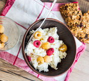 Cottage cheese with fresh raspberries in a clay dish, cinnamon, Stock Photography