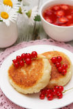 Cottage cheese pancake with sour cream Royalty Free Stock Photos