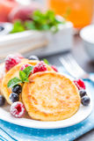 Cottage cheese pancakes, syrniki, curd fritters with berries Royalty Free Stock Photography