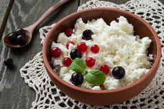 Cottage cheese with red and black currants Royalty Free Stock Photos